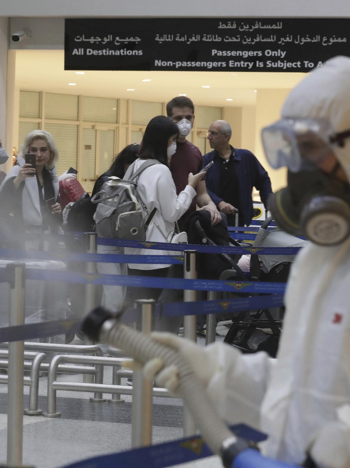 चीन के बाद अब भारत में भी तेजी से लोग कोरोना वायरस के चपेट में आ रहे हैं और इससे बचने के लिए लोगों में मास्क का चलन आम हो चला है.