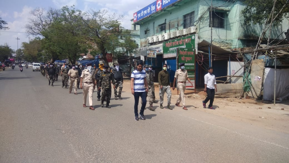 खूंटी में लॉकडाउन कराने निकली पुलिस की टीम.