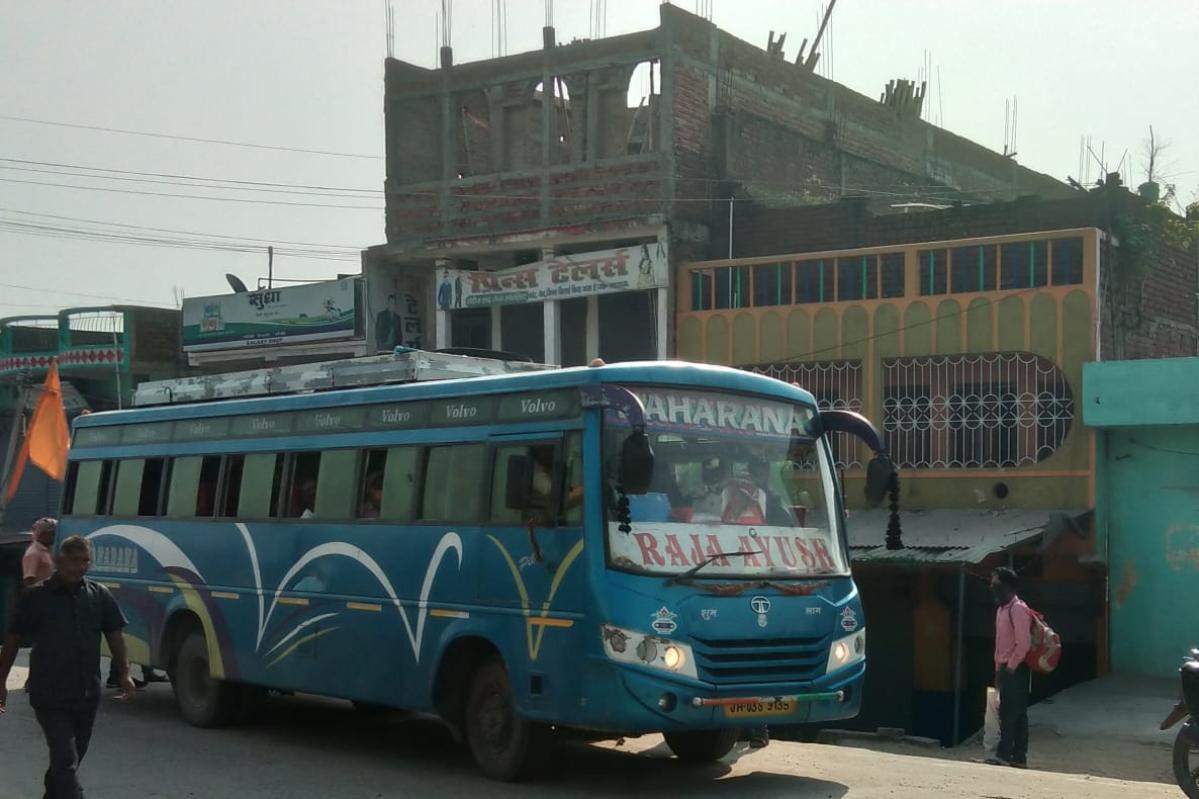 सीमाएं सील होने के बावजूद बिहार से बेरोकटोक झारखंड के हैदरनगर पहुंची यात्रियों से भरी बस.