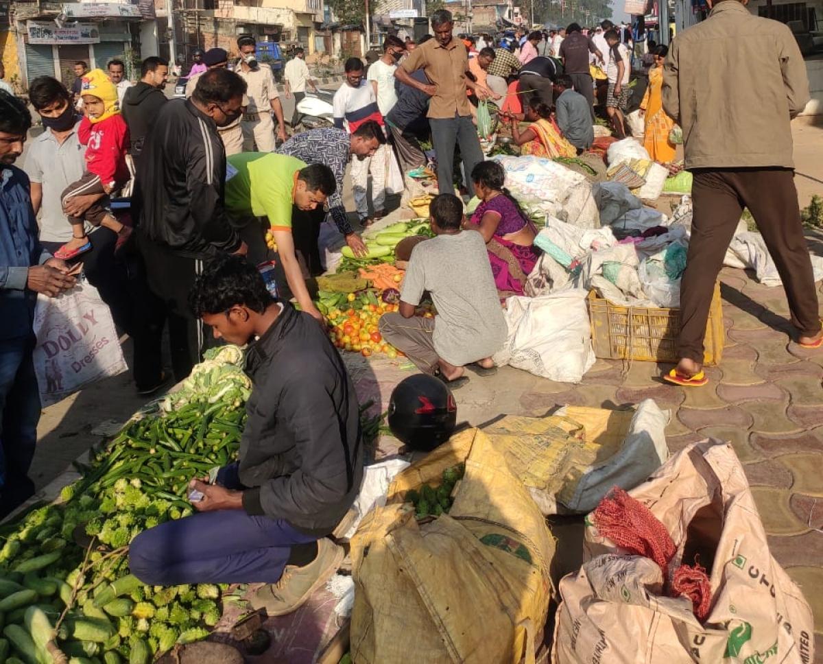 लॉकडाउन में खुले सब्जी बाजार, दुकानदारों ने शुरू की मुनाफाखोरी, सब्जी और फलों के दाम आसमान पर