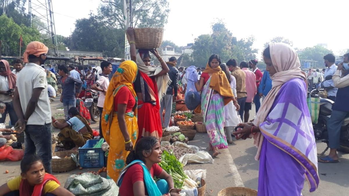 गिरिडीह के बगोदर में सब्जी खरीदने उमड़ी भीड़.