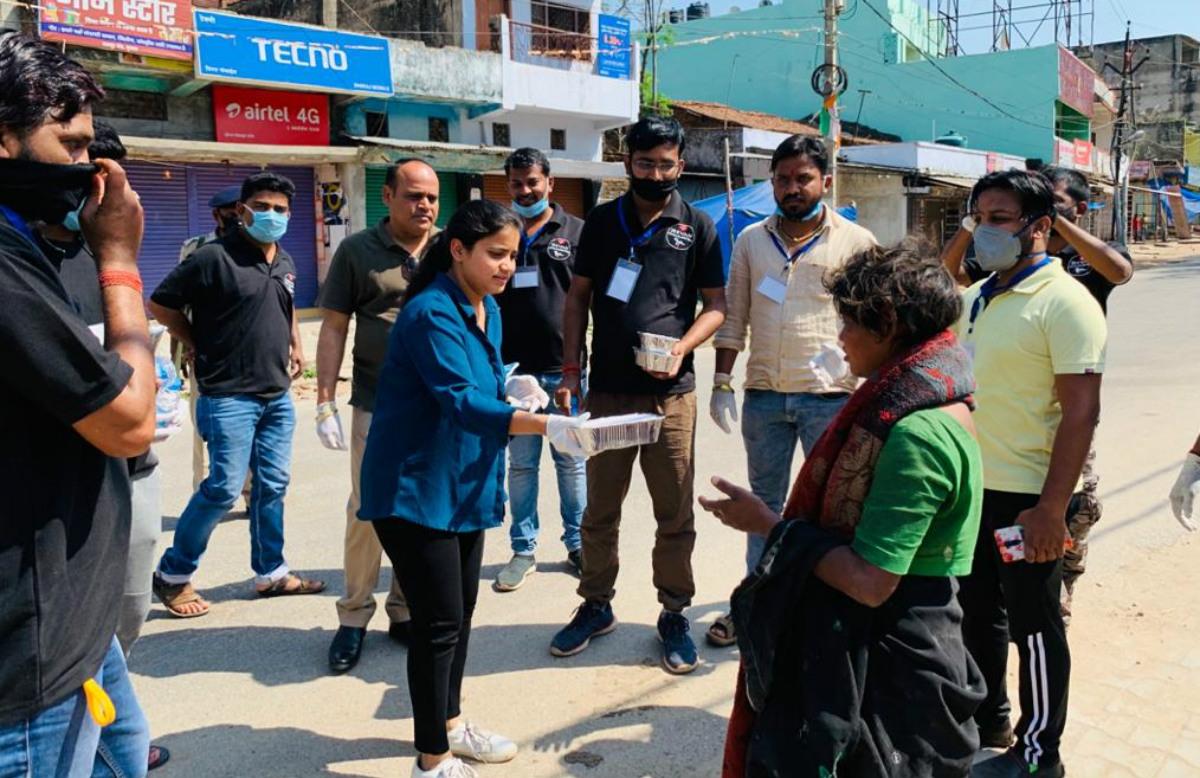 Coronavirus Lockdown: गरीबों को भोजन बांटने बेटा-बेटी के साथ सड़क पर उतरे गुमला एसडीओ