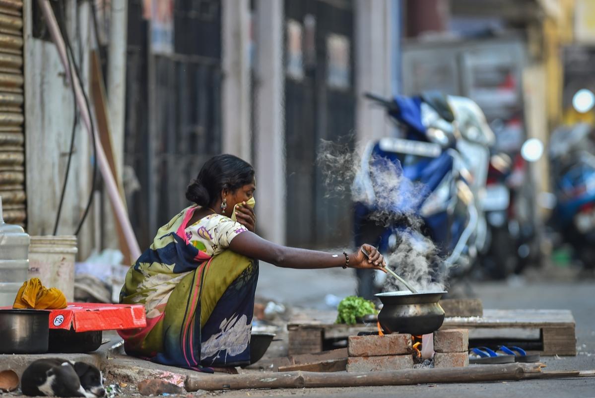 देश में लॉकडाउन का आज तीसरा दिन है. एक महिला सड़क के किनारे भोजन तैयार कर रही है. इस महिला ने अपनी नाक को ढंका हुआ है ताकि किसी भी तरह से वह कोरोना वायरस के संक्रमण में नहीं आ जाए.