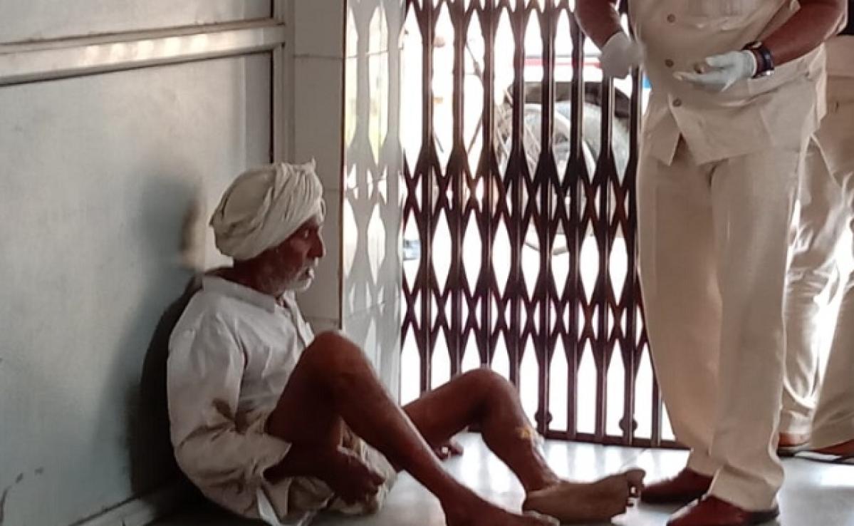 लापरवाही: मरीजों को फर्श पर बैठाकर किया जा रहा है इलाज