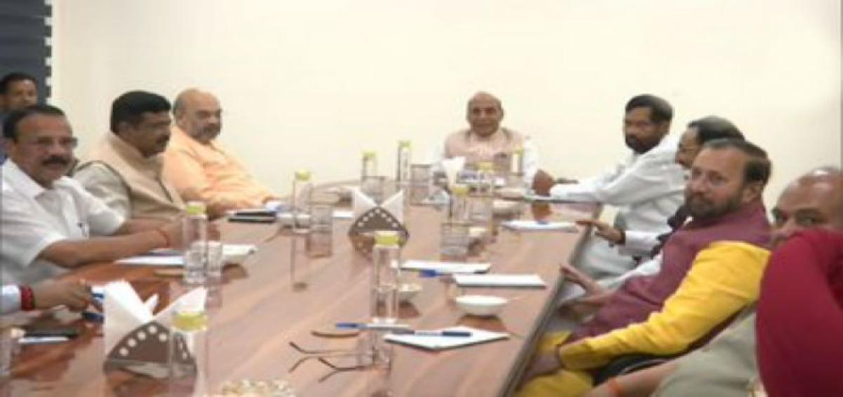 COVID-19 Outbreak LIVE Update : कोरोना को लेकर बढ़ी चिंता, राजनाथ के आवास पर केंद्रीय मंत्रियों की हाई लेवल मीटिंग