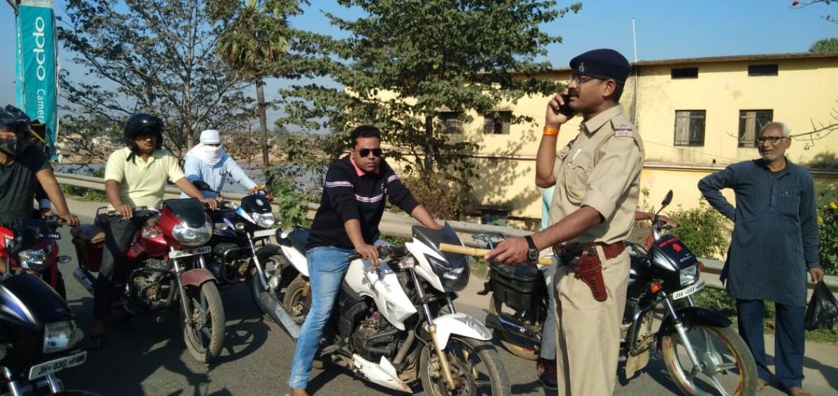 पलामू में लॉकडाउन का पालन कराने उतरी पुलिस.