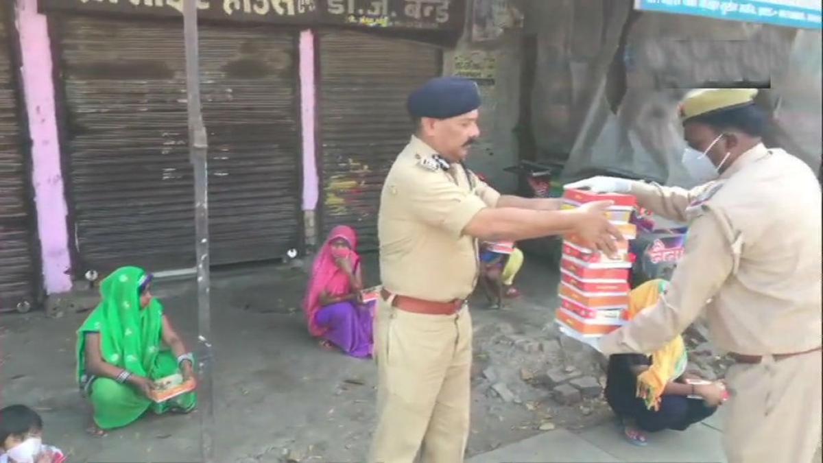 Fight with coronavirus : पुलिस वाले जरूरतमंदों को खिला रहे खाना, रैन बसेरे में गरीबों को आश्रय