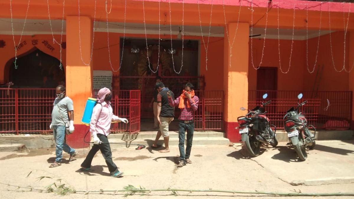 Coronavirus Outbreak: समाजसेवी ने विभिन्न गांव और टोले में किया सैनिटाइजर का छिड़काव
