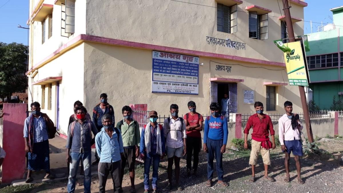 तीन दिनों तक पैदल चले, गांव है 540 किमी दूर 22 युवाओं को दुमका में मिला आश्रय