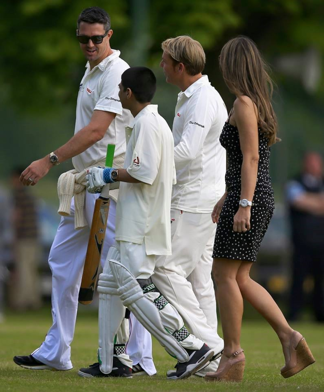 केविन पीटरसन कई बार बच्चों को क्रिकेट का अभ्यास कराते देखे जाते हैं.
