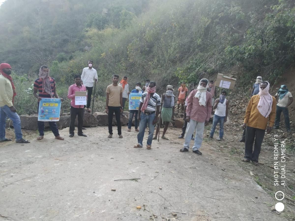 कोरोना से जंग : सेवाती घाटी में बंगाल बॉर्डर पर पहरेदारी कर रहे युवा, रास्ते को पत्थरों से किया ब्लॉक