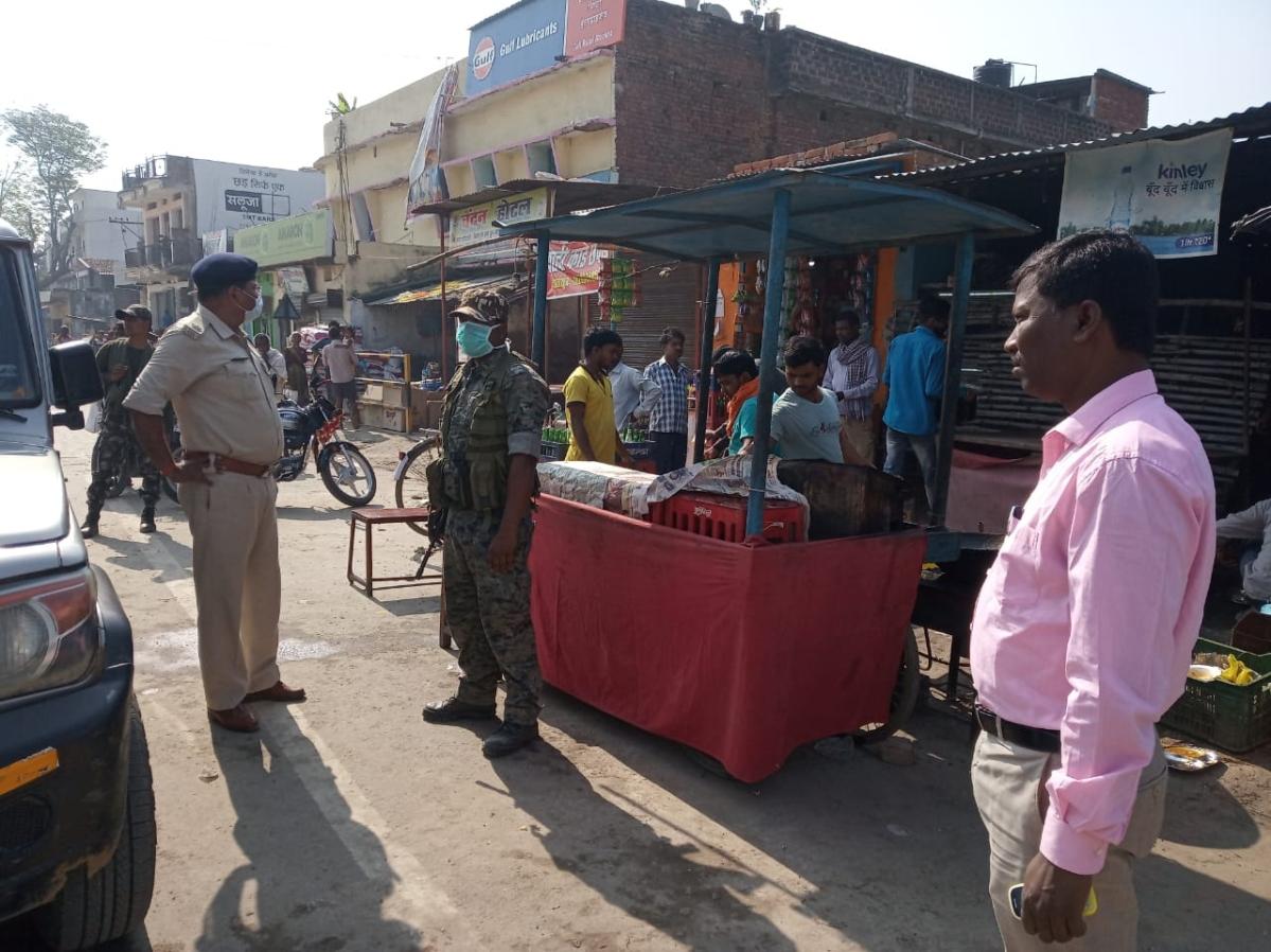 पलामू जिला के हैदरनगर में पुलिस और प्रशासन ने खुली दुकानों को बंद करवाया.