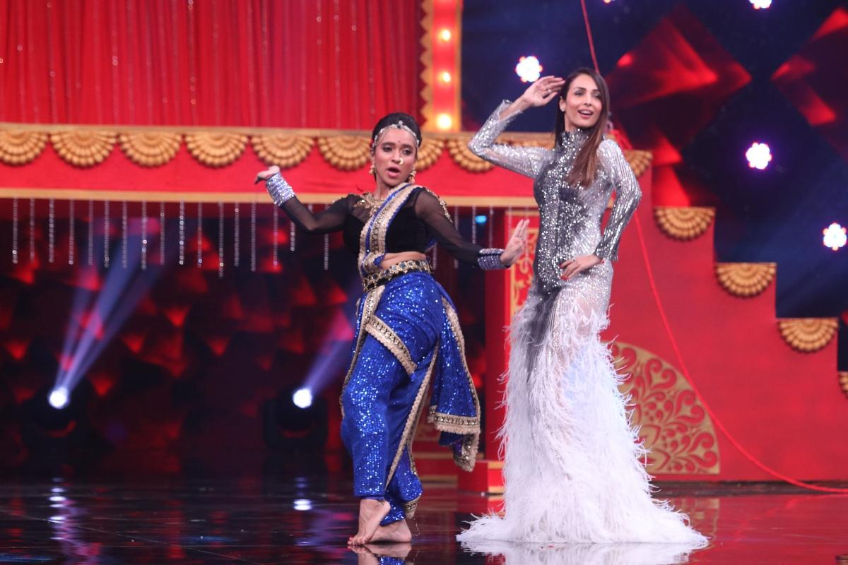 अभिनेत्री मलाइका अरोड़ा इनदिनों डांस रियेलिटी शो 'इंडियाज बेस्ट डांसर' को जज कर रही हैं. शो का ऑडिशन राउंड पूरा हो चुका है और अब कंटेस्टेंट टॉप 12 में आने के लिए कड़ी मेहनत कर रहे हैं. शो के जज गीता कपूर, टेरेंस लुईस और मलाइका बारीकी से कंटस्टेंट्स के हर स्टेप्स पर नजर रख रहे हैं. अब शो से जुड़ी कुछ तसवीरें हमारे पास आई हैं जिसमें मलाइका शो की कंटेस्टेट रुतुजा संग 'कमली' सॉन्ग पर थिरकती नजर आईं.