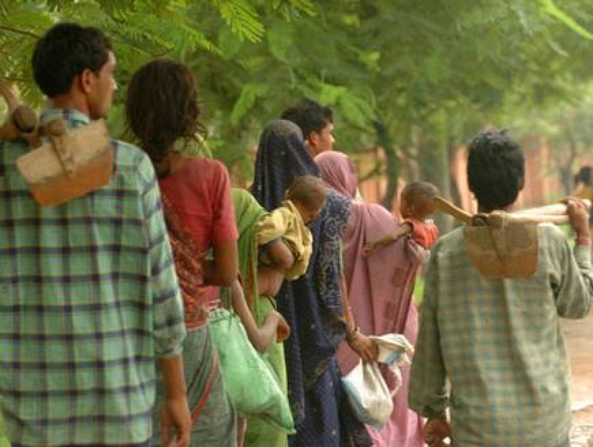 ओडिशा से कसमार के लिए पैदल ही चल पड़े