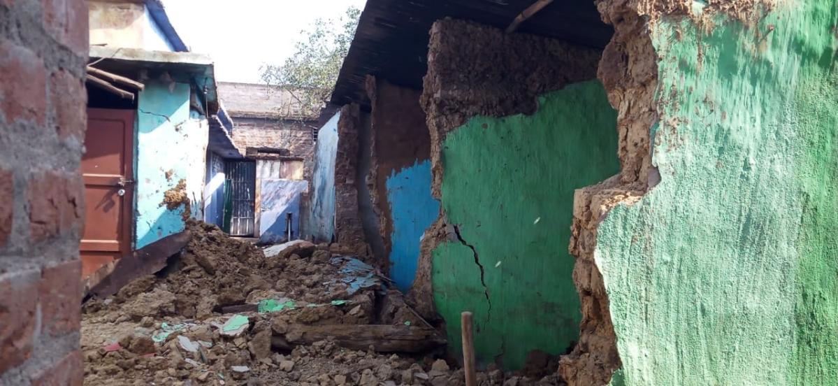 चाईबासा में दीवार ढहने से एक की मौत, दो घायल