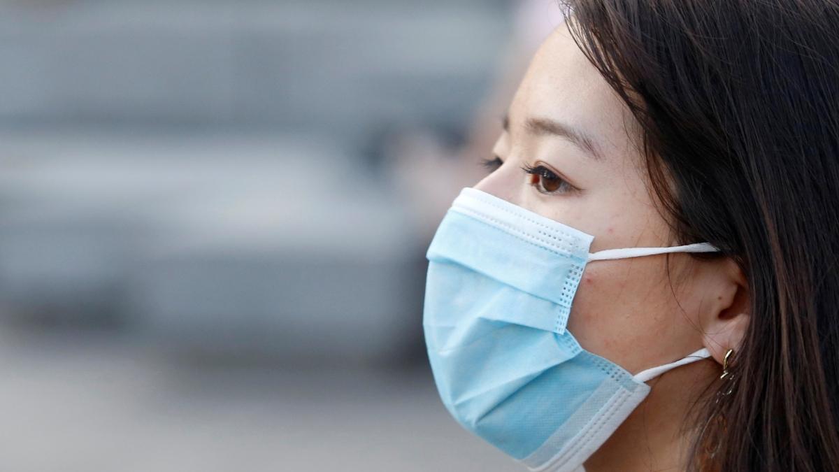 सांस लेने से भी फैल रहा Coronavirus, अमेरिकी सरकार ने दी लोगों को मास्क पहनने की सलाह