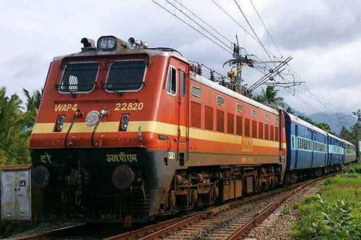 IRCTC News: 15 अप्रैल के बाद वेटिंग में मिलने लगा ट्रेन टिकट, जाने रेल मंत्रालय ने क्या दी सफाई