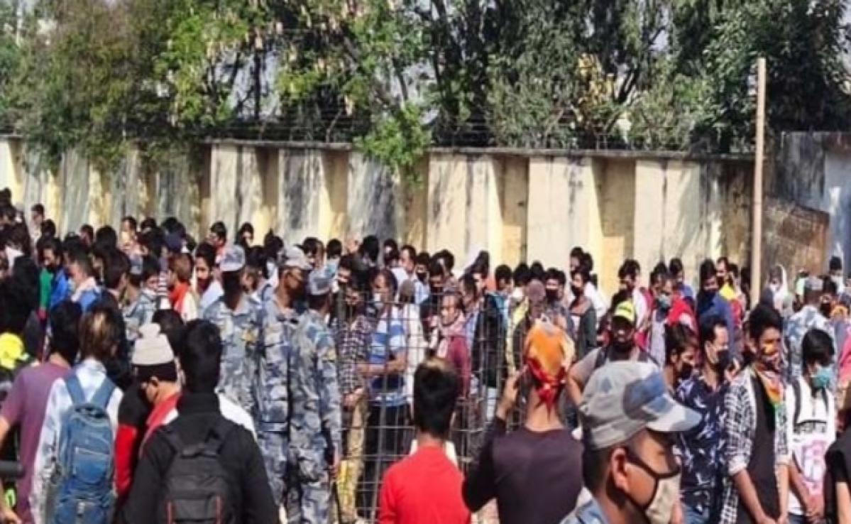 कोरोना का खौफ: वतन लौट रहे अपने नागरिकों पर नेपाली पुलिस ने किया लाठीचार्ज, धरने पर बैठे लोग