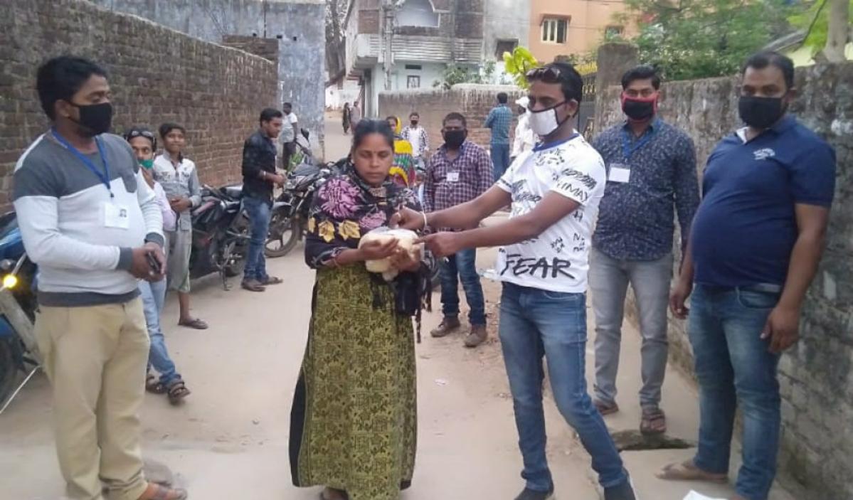 गुमला में मदद को बढ़ रहे हाथ, युवा संगठन जरूरतमंदों को बांट रहे भोजन व राशन
