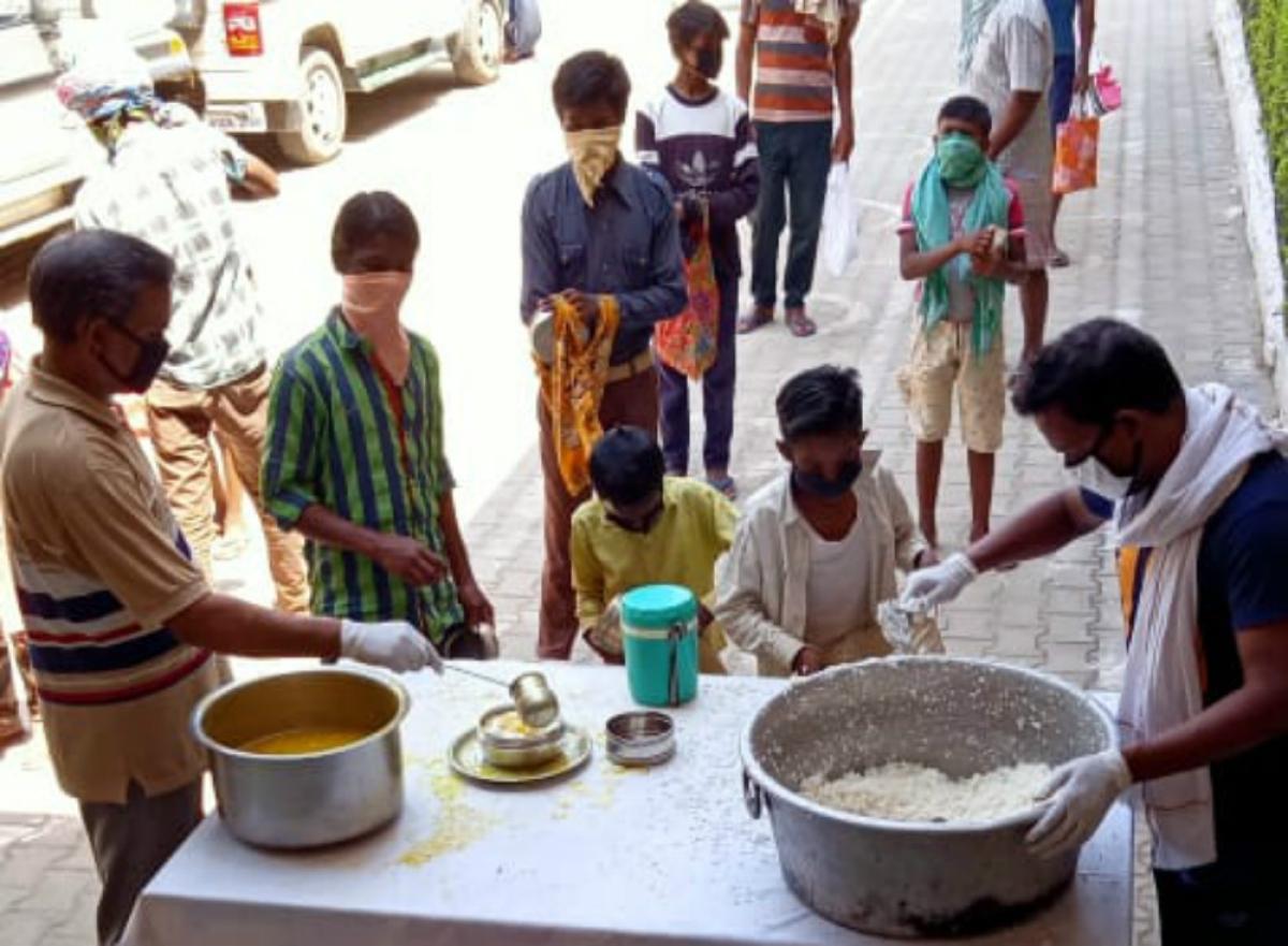सेवा भारती का निःशुल्क दाल- भात केंद्र 4 जिलों में संचालित, कई संगठन कर रहे गरीबों की मदद