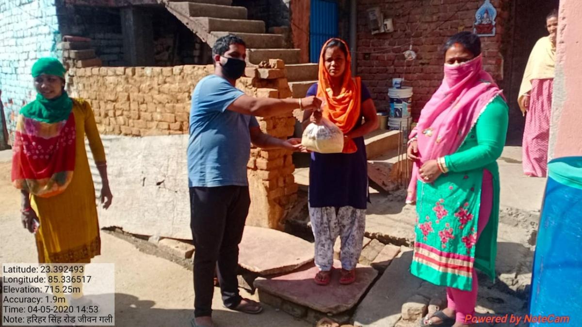 कोरोना से जंग : बीजेपी मंडल अध्यक्ष प्रवीण कुमार घर-घर पहुंचा रहे राशन