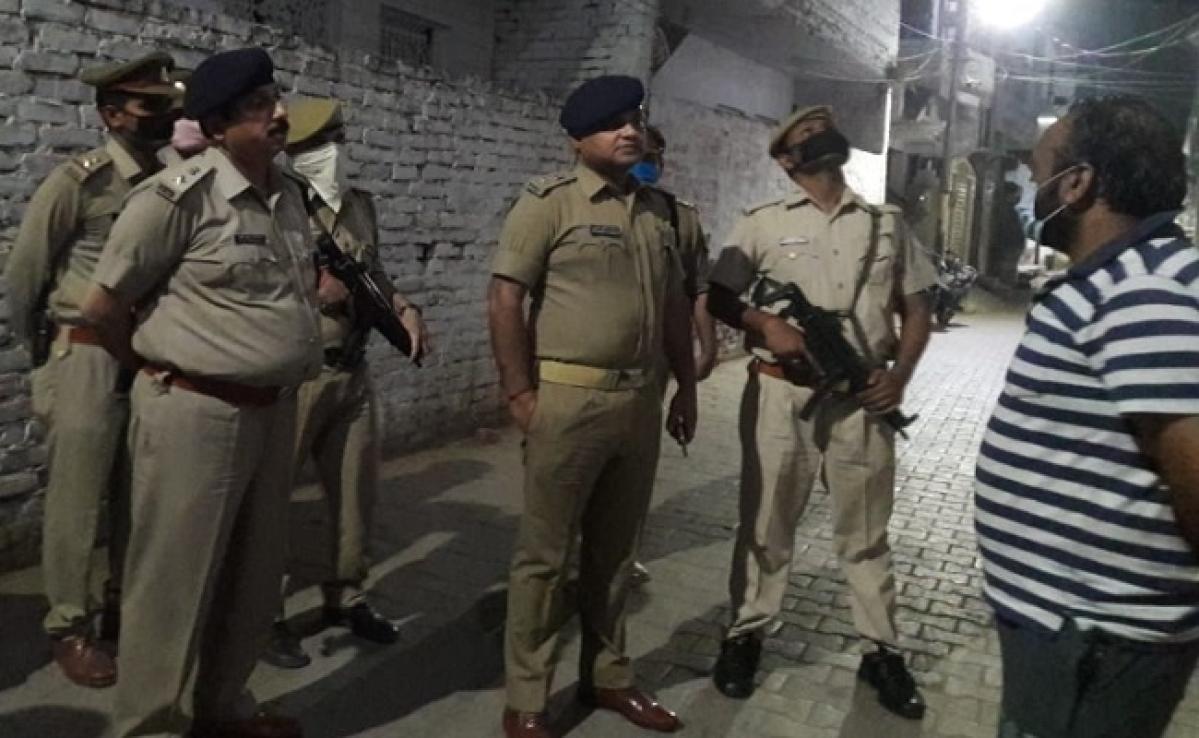 उपद्रव पर उतारू लोगों पर पुलिस ने चटकाईं लाठियां, तलाशी में मिले छतों पर पत्थर