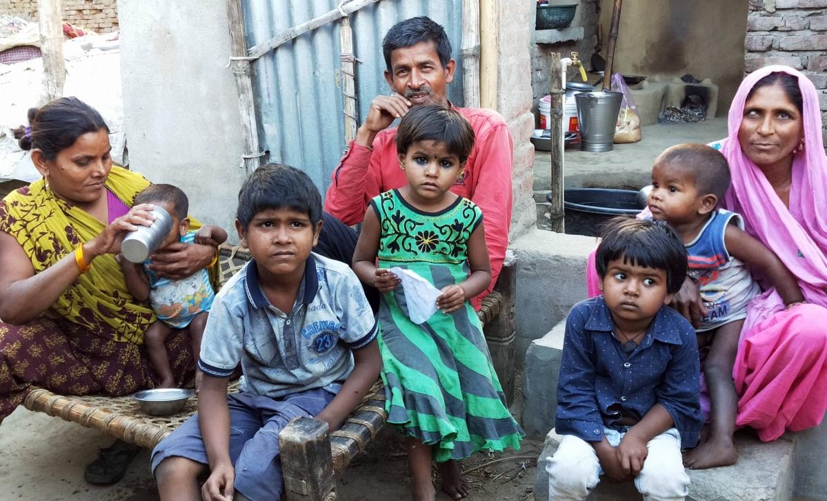 Lockdown in Bihar : तीन पत्नियों और 10 बच्चों की भूख मिटाने के लिए चौकी बेच कर दैनिक मजदूर ने खरीदा अनाज
