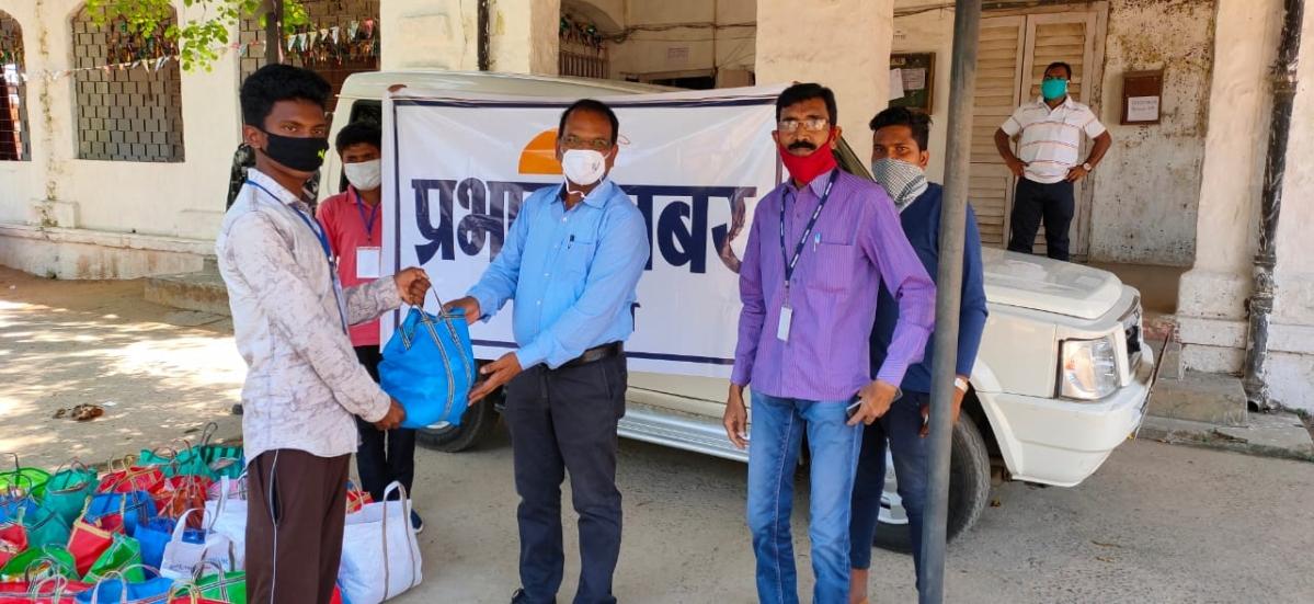 Coronavirus Lockdown: प्रभात खबर ने सिमडेगा के हॉकरों के बीच बांटे राशन
