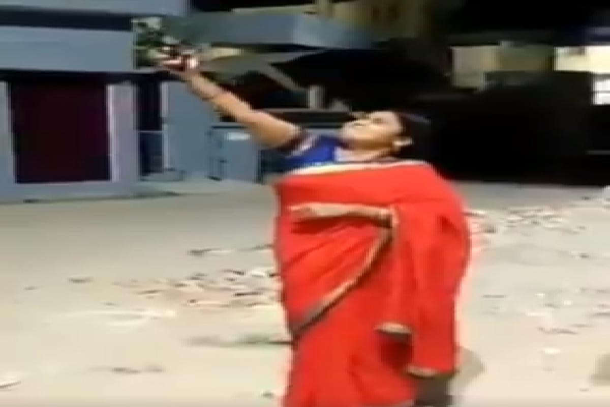 UP: पहले दीया जलाया फिर कोरोना को भगाने के लिए की हवाई फायरिंग, बीजेपी महिला जिलाध्यक्ष का वीडियो वायरल, केस दर्ज