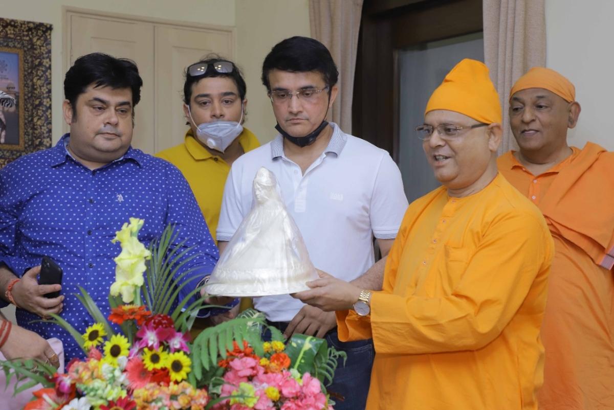 25 साल बाद बेलुर मठ पहुंचे बीसीसीआई अध्यक्ष सौरव गांगुली, 2000 किलो ग्राम चावल किया दान