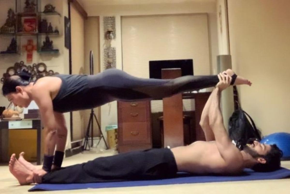 बॉयफ्रेंड रोहमन के साथ सुष्मिता सेन का हॉट योगा, देखें Photos