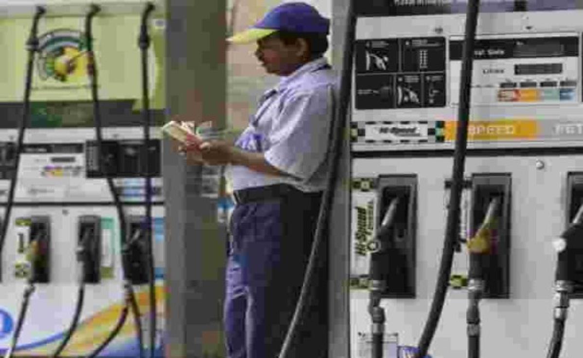 Lockdown से घटी पेट्रोल, डीजल की मांग, एलपीजी की बढ़ी