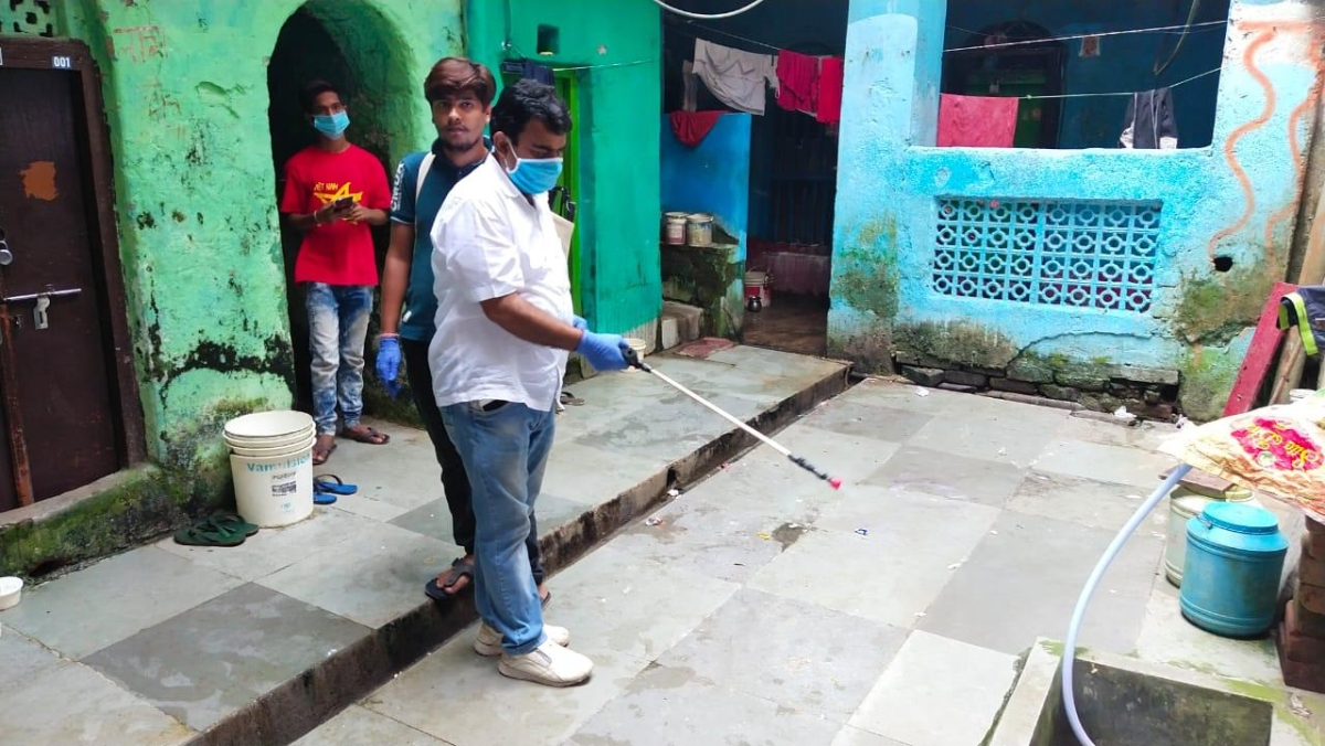 जब पार्षद खुद क्षेत्र को सैनेटाइज करने निकले तो लोगों ने अपने घर व आस-पास की सफाई पर दिया ध्यान