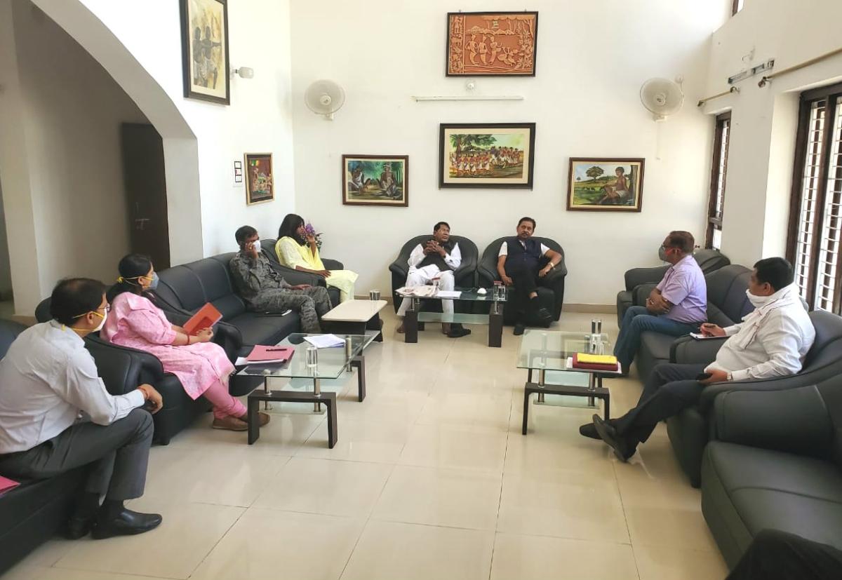 Coronavirus Lockdown: लोहरदगा में मंत्री रामेश्वर उरांव एवं सांसद धीरज साहू ने अधिकारियों के साथ की बैठक
