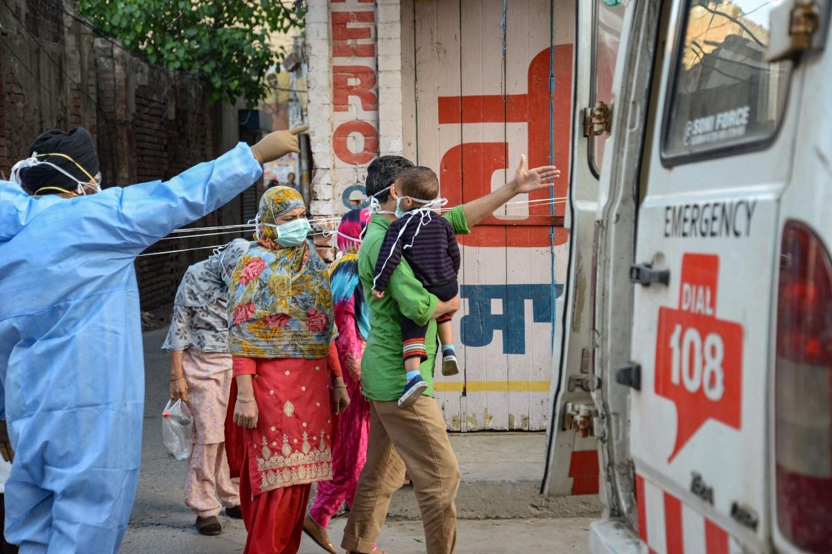India Lockdown: लॉकडाउन के बीच पुलिस वैन में गूंजी किलकारी