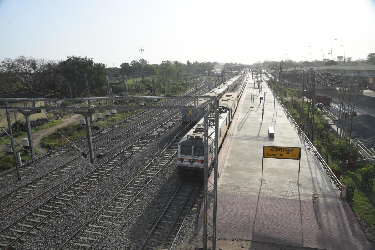 कोरोना : स्टेशनों पर भी लगाये जायेंगे सैनिटाइजर टनल, रोजाना एक हजार पीपीइ किट बनायेगा रेलवे