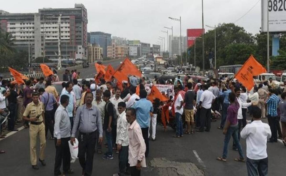 Coronavirus मरीज की मौत के बाद मुंबई के एक अस्पताल के चिकित्साकर्मियों ने किया प्रदर्शन