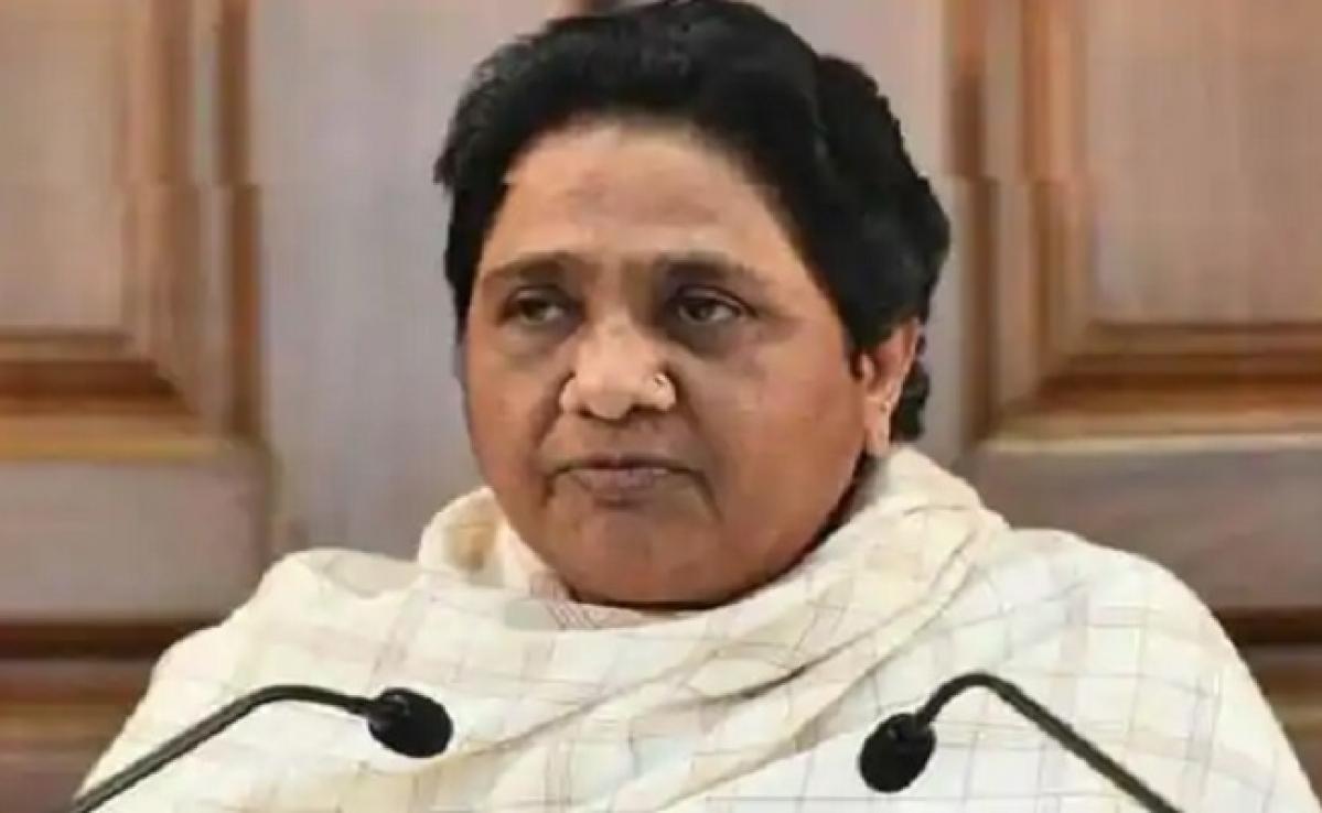 Lockdown : BJP MP का तहसीलदार को पीटना शर्मनाक : मायावती, शराब की होम डिलीवरी करनेवाला सेवानिवृत्त पुलिसकर्मी गिरफ्तार