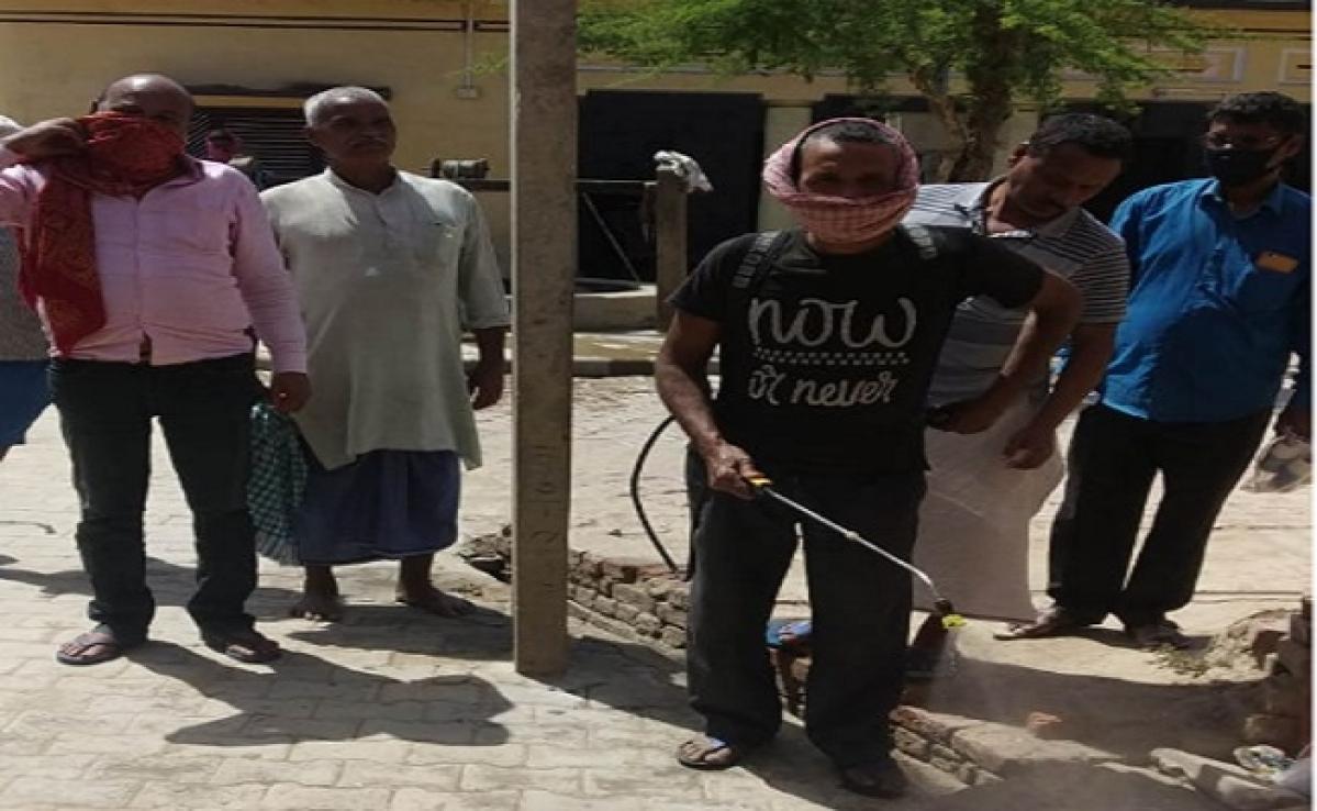कोरोना से जंग: ग्राम प्रधान का निर्देश, बाहर से आने वाले लोगों को पहले करानी होगी जांच, गांव में दवा की छिड़काव और सफाई जोरों पर