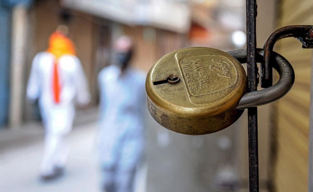 Lockdown Update in UP : हापुड़ में पुलिस पर पथराव, बहराइच में अवैध संबंध के शक में पत्नी को मारी गोली