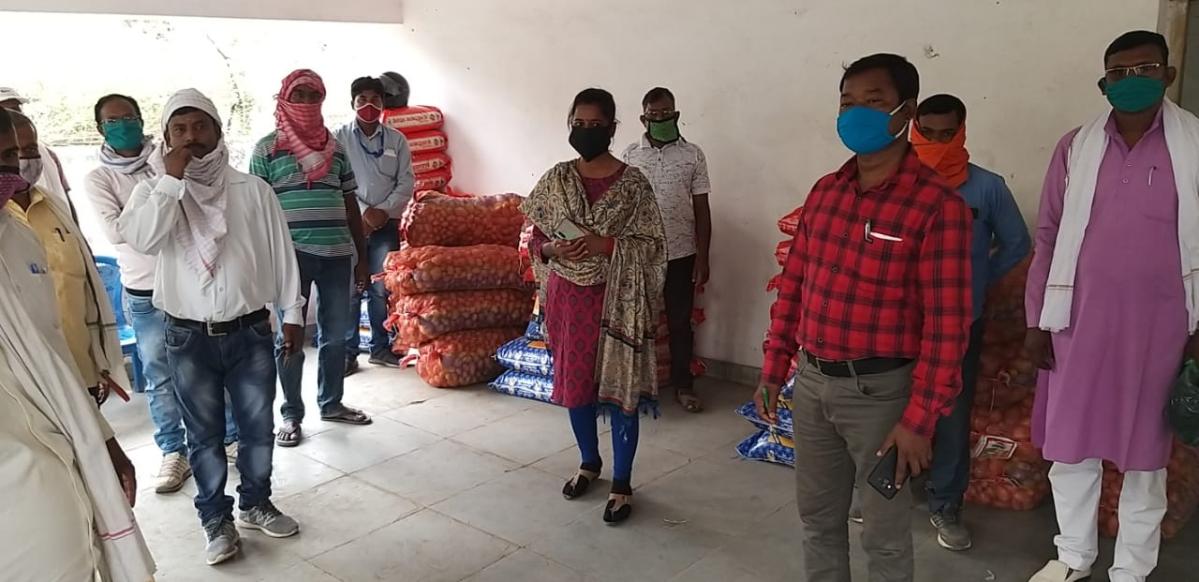 विधायक अंबा प्रसाद ने केरेडरी प्रखंड के ग्रामीणों के बीच किया मास्क और राशन का वितरण