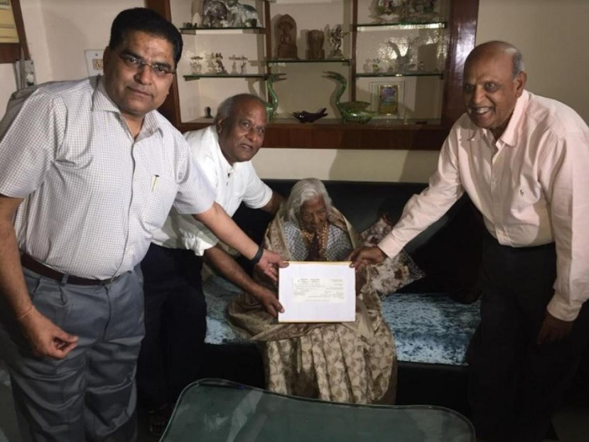 100 साल की बुजुर्ग महिला ने PM CARES Fund में दान की जीवन भर की कमाई, मोदी की मां से ली प्रेरणा