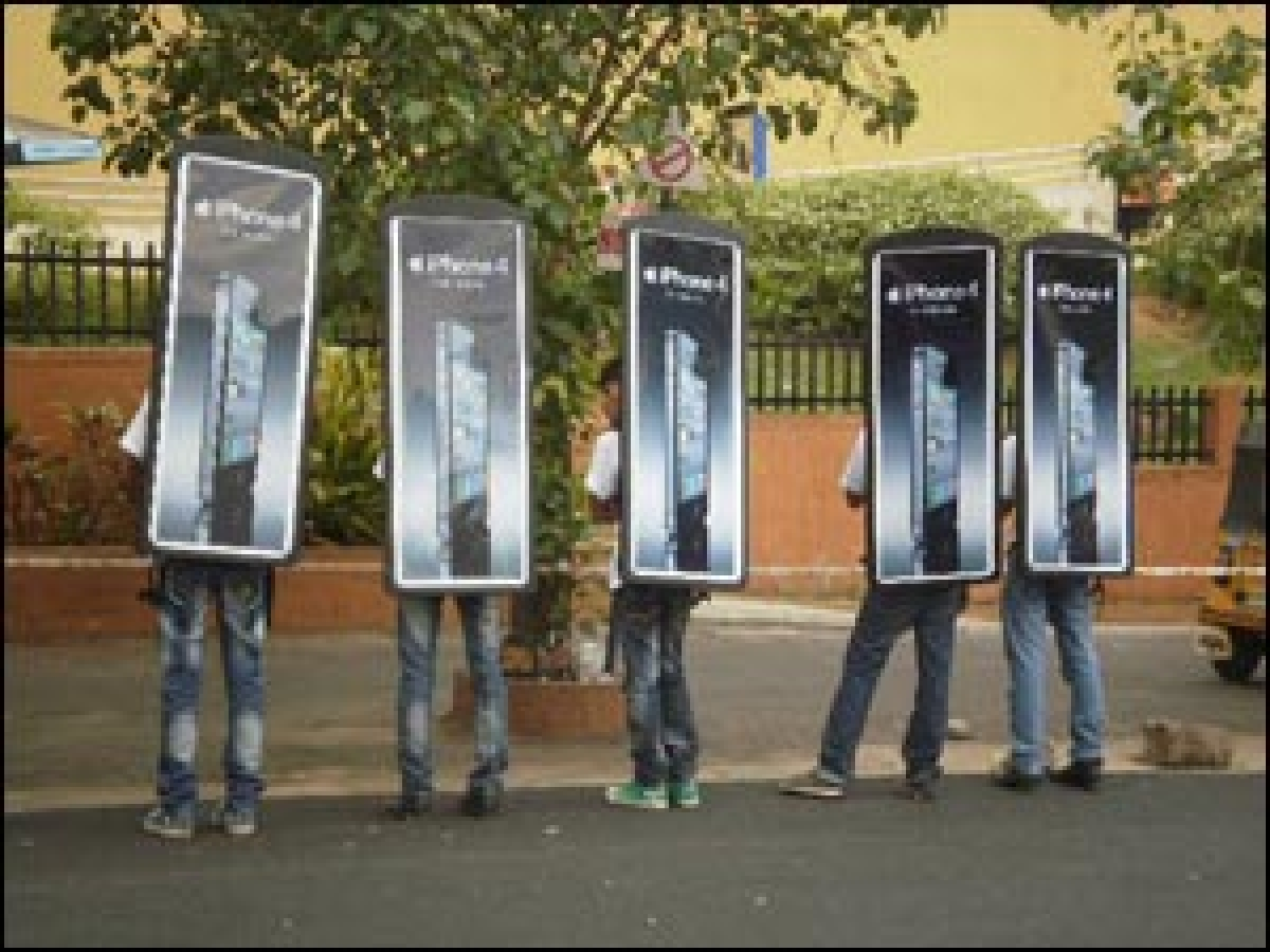 Look who's walking: Aircel uses look-walkers to promote iPhone 4