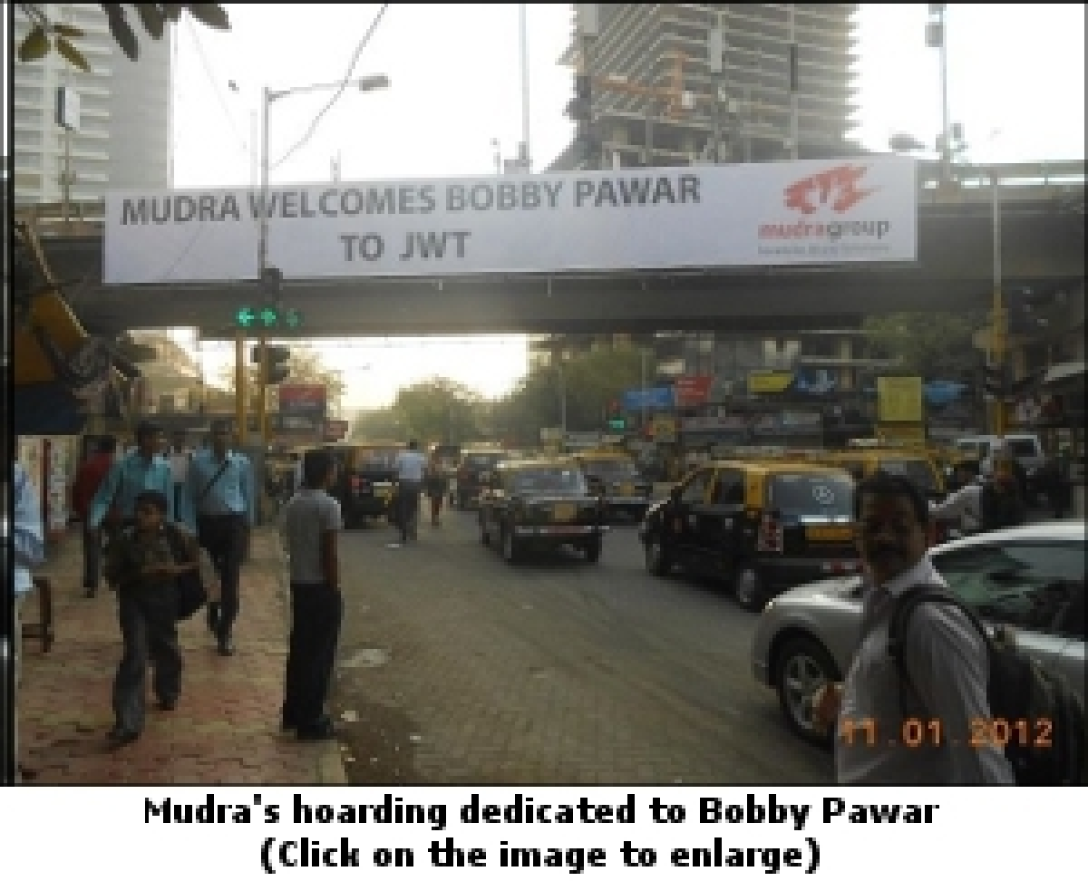 Mudra attempts 'public display of affection' for Bobby Pawar