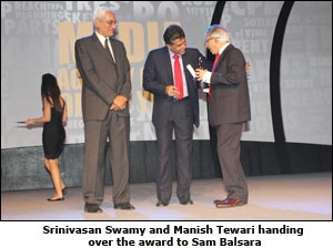 Srinivasan Swamy and Manish Tewari handing over the award to Sam Balsara