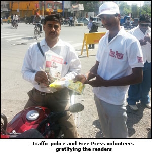 Traffic police and The Free Press volunteers gratifying the readers