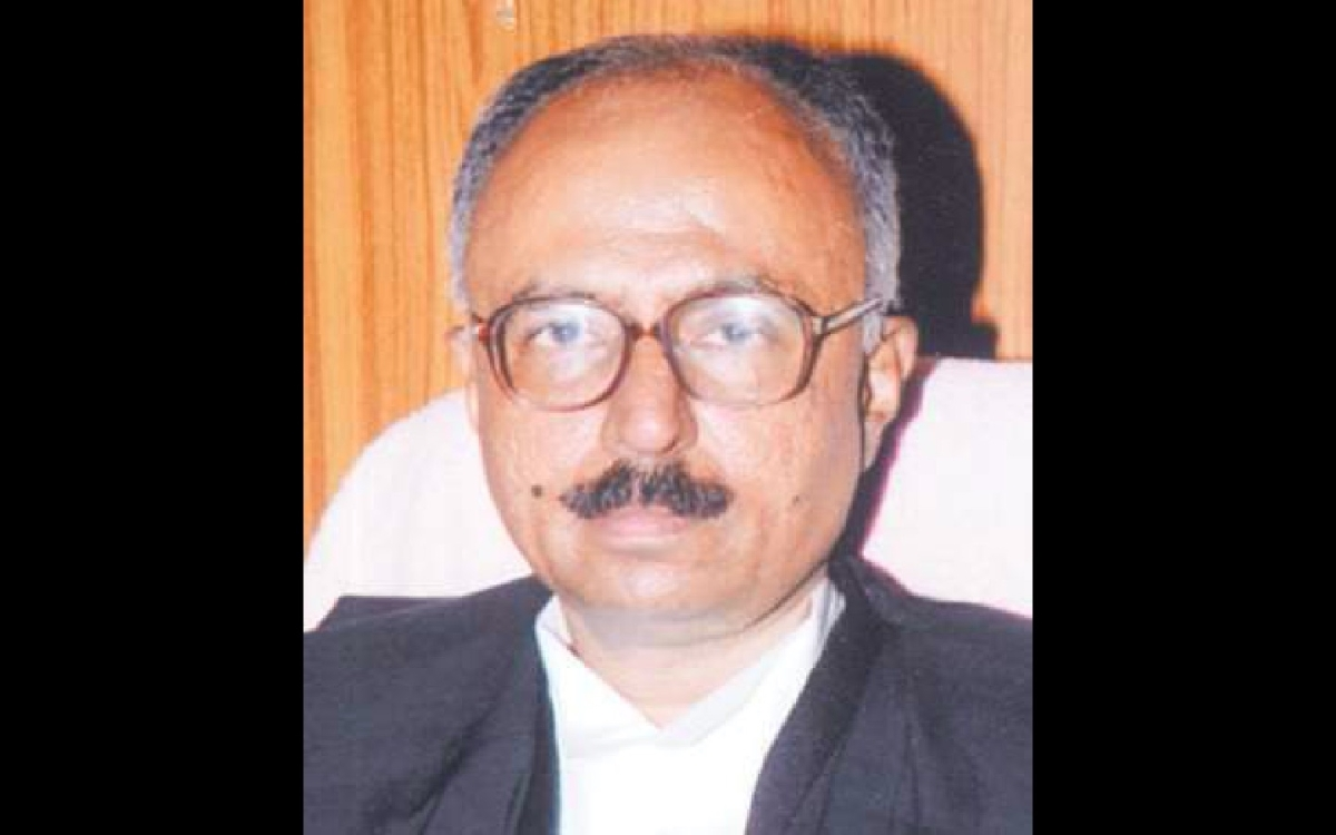 Uttarakhand High Court Chief Justice slips while offering prayers at Sangam in Devprayag, makes a narrow escape