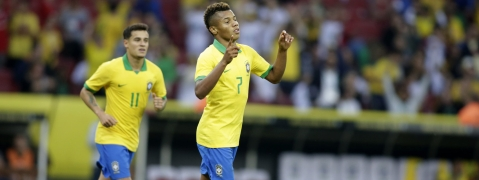 Brazil's David Neres (right) celebrates a goal in a friendly  against Honduras on  June 9 (Edison Vara)