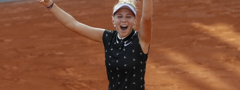 Amanda Anisimova of the U.S. celebrates winning her fourth round match of the French Open tennis tournament against Spain's Aliona Bolsova in two sets 6-3-, 6-0, at the Roland Garros stadium in Paris, Monday, June 3, 2019. (AP Photo/Pavel Golovkin)