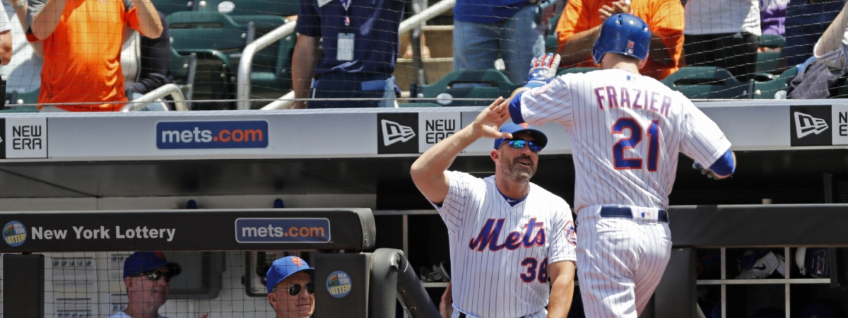Mets manager Mickey Callaway (38) congratulates Todd Frazier (21) after Frazier's three-run home run on June 9 (Kathy Willens)